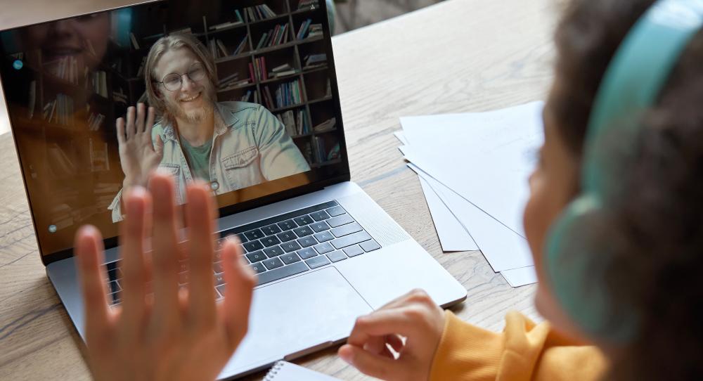 Aprender inglês por app não substitui a relação com os professores. A experiência é outra.